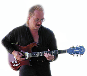The holy Grail: S800X Prototype with Stratocaster Cutaway, made to convince Eric Clapton to play a Guild Solidbody in addition to his accoustic Guilds.According to historic accounts, Eric refused and stayed with his Strats.